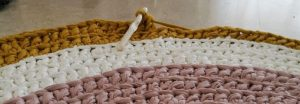 Imagen de la alfombra a medio hacer