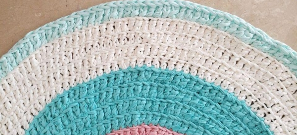 Parte de los colores de la alfombra. Rosa, azul mar, blanco, azul menta